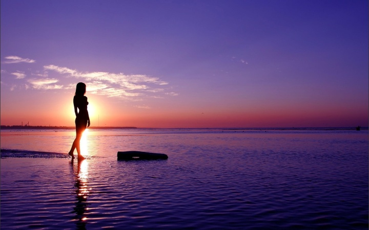 6914743-woman-in-sunset